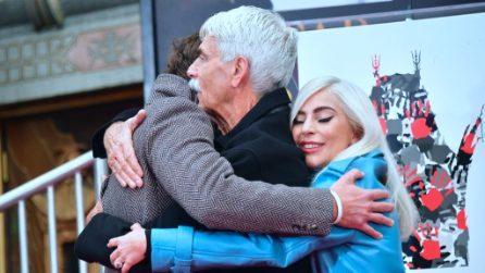 Una stella per Sam Elliott sulla Walk of fame: l'abbraccio caloroso di Lady Gaga e Bradley Cooper