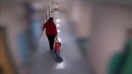Trascina per i polsi un bambino autistico: le immagini choc inchiodano l'insegnante