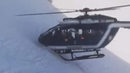 L'elicottero arriva per salvare uno sciatore rimasto ferito