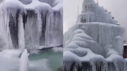 Il freddo polare fa ghiacciare tutta la fontana: il paesaggio a Reggio Calabria