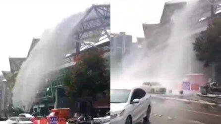 Una cascata di neve viene giù dal tetto: i passanti rischiano di essere travolti