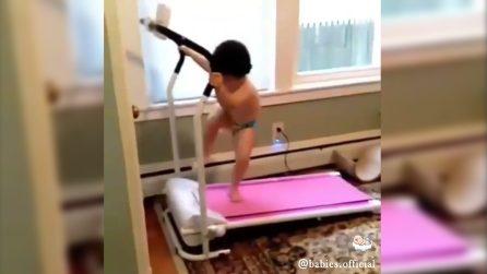 Vuole allenarsi a tutti i costi e il modo in cui lo fa è divertentissimo