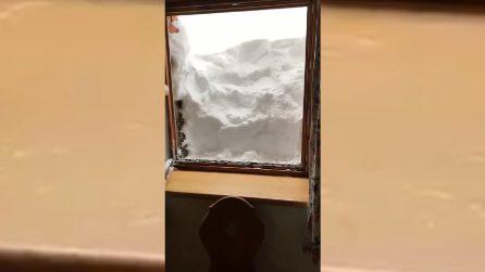 """Si risveglia con un """"muro"""" fuori alla finestra: la nevicata è impressionante"""
