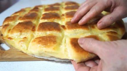 Focaccia trapunta con formaggio: soffice, filante e buonissima