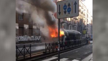 Torino, autobus carico di passeggeri in fiamme: l'autista li salva