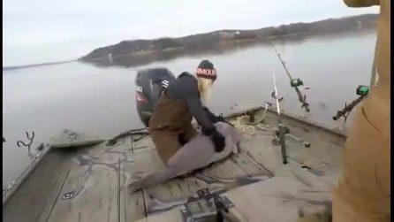 Tirano fuori dal lago un pesce da record: le immagini sono assurde