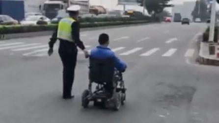 L'uomo in carrozzina non riesce ad attraversare la strada: il vigile dal cuore enorme