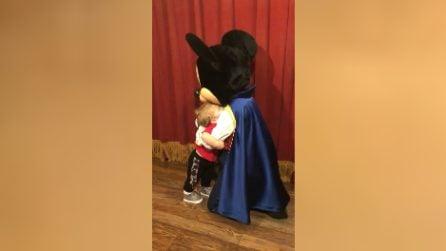 Il bimbo incontra per la prima volta Topolino: mamma riprende la scena e si commuove