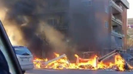 Rifiuti bruciano a Roma: i video da Tor Tre Teste e zona Portuense