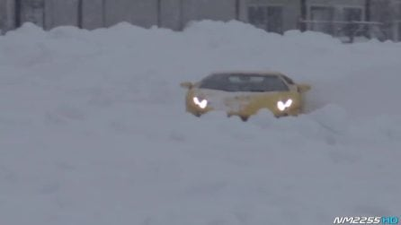Una Lamborghini Aventador nella neve