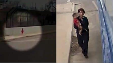 Bimbo di 1 anno vaga solo in strada al freddo: il gesto dell'autista del bus è stupendo