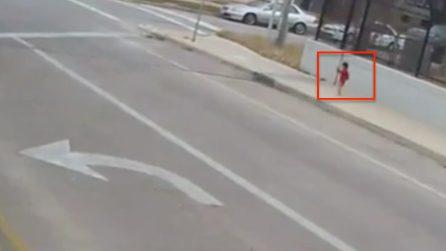 Bimba a piedi nudi persa in strada: l'autista ferma il mezzo e la salva