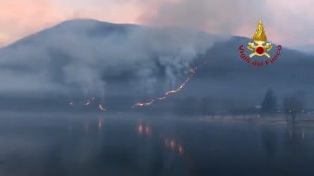 Varese, incendio sul monte Mondonico: fiamme intorno al lago Ghirla