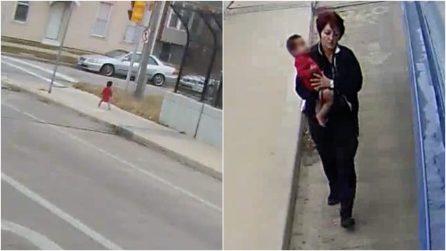 Bimba di 1 anno vaga da sola al gelo in mezzo alla strada: l'autista scende dal bus per salvarla