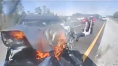 L'auto si schianta contro la vettura della polizia: le immagini schock dell'incidente