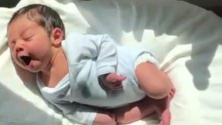 Il suo bellissimo bambino sta per svegliarsi: le immagini tenere