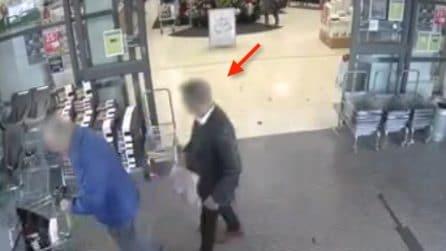Aspetta che gli anziani escano dal supermercato: il riprovevole gesto catturato dalle telecamere