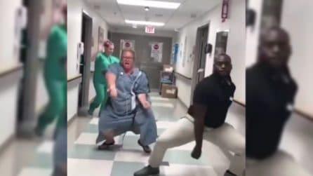 Sta per partorire ma è piena di energie: eccola scatenarsi in ospedale