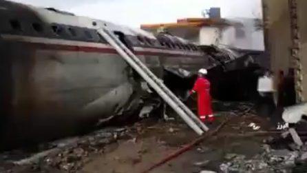 Aereo si schianta nei pressi dell'aeroporto: le immagini sul luogo dell'incidente