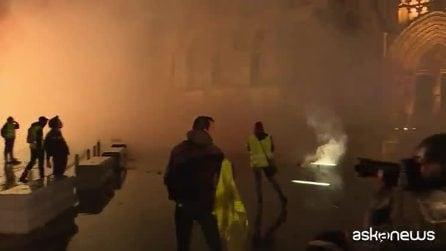 """Gilet gialli, Macron invita i francesi a un """"dibattito nazionale"""""""
