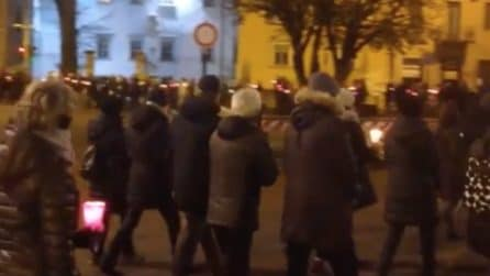 Trento, la fiaccolata in ricordo di Antonio Megalizzi: la folla marcia in silenzio