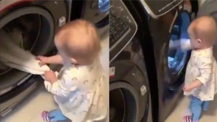 Aiuta la mamma nei servizi di casa: la scena tenerissima