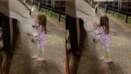 La piccola fantina si avvicina al suo amico fedele: la scena è commovente