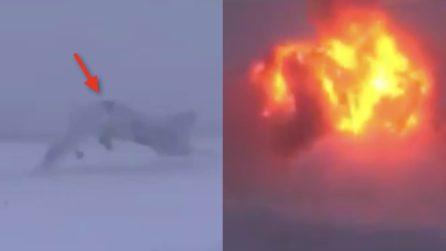 Il bombardiere si schianta al suolo: l'esplosione è tremenda