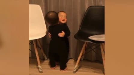 Va ad abbracciare il fratellino gemello: mamma assiste emozionata alla scena