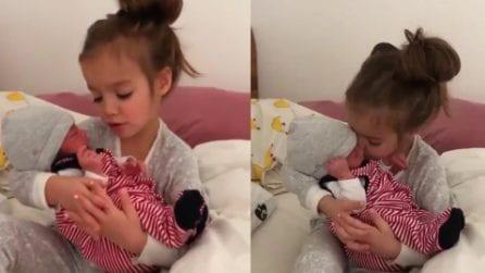 Mamma dà in braccio il bimbo alla sorellina per la prima volta: stupendo