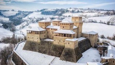 Il castello di Torrechiara completamente imbiancato dalla neve