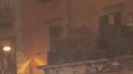 Fuochi di Sant'Antonio a Napoli: baby gang incendia cassonetti in strada