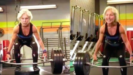 Ha 69 anni ma con la forza di Hulk: la nonna mostra i suoi muscoli