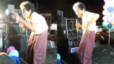 Ha 80 anni, afferra il microfono e fa impazzire il pubblico: la nonna scatenata