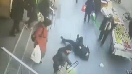 Ha un malore e crolla al suolo: ma nessuno dei passanti fa qualcosa per aiutarlo