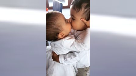 Mateo coccola Martina e le dà un bacetto: la scena tenerissima in casa Cristiano Ronaldo