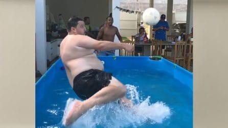 Rovesciata nella piscina di casa: la scena è tutta da ridere