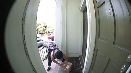 Prova a rubare un pacco fuori la porta, ma per la ragazza c'è una brutta sorpesa