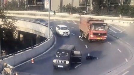 La portiera non è chiusa, il bambino scivola e cade in strada mentre sopraggiunge un camion
