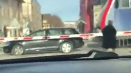 Il treno travolge l'auto bloccata nei binari, l'uomo è a bordo: il momento choc