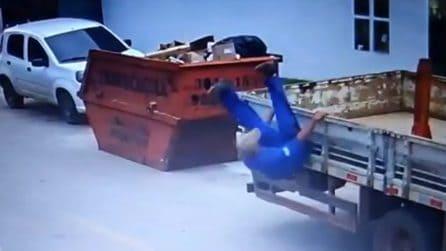 Perde l'equilibrio e cade dal camion: ma accade qualcosa di inaspettato
