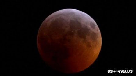 Eclisse totale, la Luna rossa incanta milioni di persone