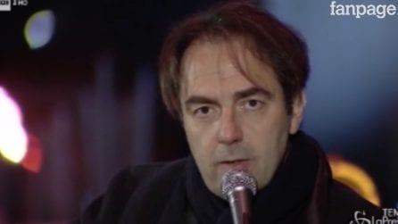 Genova, Neri Marcoré canta Fabrizio De Andrè nella zona rossa vicino al Ponte Morandi