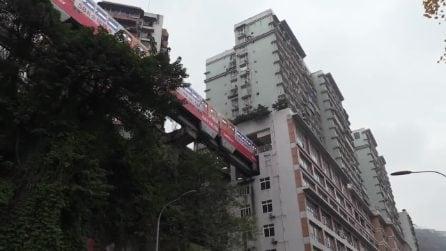 Il treno entra e sparisce nell'edificio: questa metropolitana è unica nel suo genere