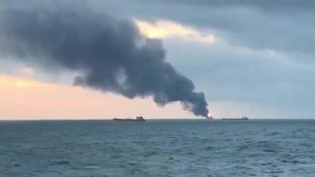 Due navi a fuoco nello stretto di Kerch: marinai in mare, morti e feriti