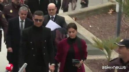 Madrid, Cristiano Ronaldo arriva in tribunale: sorride e non lascia commenti