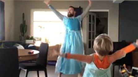 Si traveste e impara la coreografia insieme al figlio: la scena bellissima