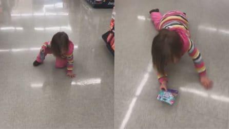 Vede il suo riflesso nel pavimento: la reazione della bambina è esilarante