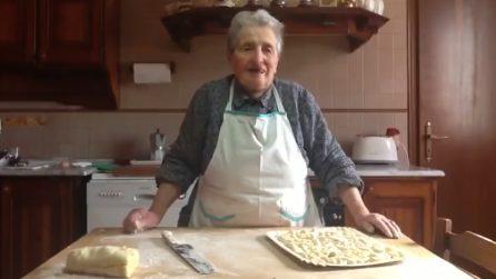 La nonna Dina prepara gli gnocchi di patate: la ricetta della tradizione