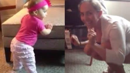 Inizia a ballare insieme alla sua mamma: la bimba è dolcissima